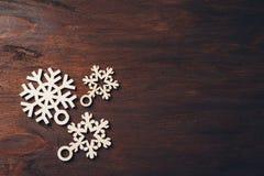 Ξύλινα snowflakes σε ένα σκοτεινό υπόβαθρο Στοκ Εικόνες
