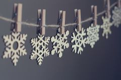 Ξύλινα snowflakes στα clothespegs σε ένα σχοινί Στοκ Φωτογραφία