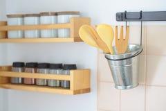 Ξύλινα spatulas και ράφι με τα καρυκεύματα στοκ φωτογραφία με δικαίωμα ελεύθερης χρήσης