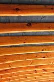Ξύλινες ακτίνες που μοιάζουν με τα πλευρά που υποστηρίζουν μια στέγη ξυλείας Στοκ Φωτογραφία