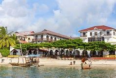 Ξύλινες βάρκες κοντά στην παραλία Παραλία στην πέτρινη πόλη στο νησί ο στοκ εικόνες με δικαίωμα ελεύθερης χρήσης
