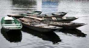 Ξύλινες βάρκες σειρών που επιπλέουν στο νερό Στοκ Φωτογραφία