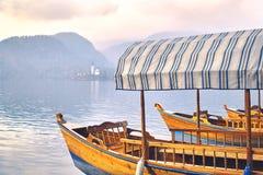 Ξύλινες βάρκες pletna στη λίμνη που αιμορραγείται στη Σλοβενία Στοκ εικόνες με δικαίωμα ελεύθερης χρήσης