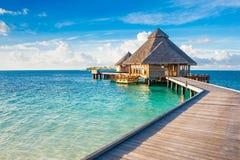 Ξύλινες βίλες πέρα από το νερό του Ινδικού Ωκεανού Στοκ Εικόνα