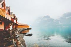 Ξύλινες βουνά και θάλασσα πεζουλιών εξοχικών σπιτιών εξωτερικές ομιχλώδεις Στοκ εικόνα με δικαίωμα ελεύθερης χρήσης