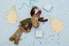 Ξύλινες διακοσμήσεις Χριστουγέννων σχεδιαγράμματος Χριστουγέννων, ντεκόρ και μινιμαλιστικά δώρα Χριστουγέννων στοκ φωτογραφίες