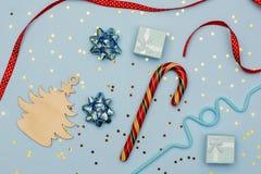 Ξύλινες διακοσμήσεις Χριστουγέννων σχεδιαγράμματος Χριστουγέννων, ντεκόρ και μινιμαλιστικά δώρα Χριστουγέννων στοκ εικόνα