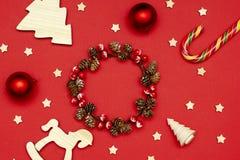 Ξύλινες διακοσμήσεις Χριστουγέννων σχεδιαγράμματος Χριστουγέννων, στεφάνι Χριστουγέννων, ντεκόρ και μινιμαλιστικά δώρα στοκ εικόνες