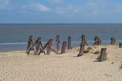 Ξύλινες θέσεις αποβαθρών στην άμμο Στοκ Φωτογραφίες
