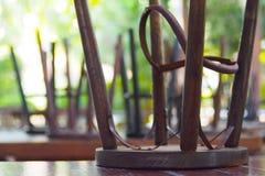 Ξύλινες καρέκλες με τα πόδια χάλυβα στοκ φωτογραφία με δικαίωμα ελεύθερης χρήσης