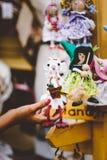 Ξύλινες κούκλες που ντύνονται στις διαφορετικές εξαρτήσεις χειροποίητες ξύλινες κούκλες που κρεμούν ως επίδειξη Διακοσμητικές κού Στοκ Εικόνες