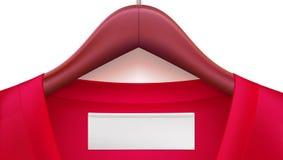 Ξύλινες κρεμάστρες ενδυμάτων με τα κόκκινα ενδύματα και κενή ετικέττα στο περιλαίμιο Οριζόντιο πρότυπο για τη διαφήμιση των πωλήσ απεικόνιση αποθεμάτων
