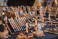 Ξύλινες μάνδρες για την πώληση στη χειροτεχνική αγορά σε Ile rousse στοκ εικόνα με δικαίωμα ελεύθερης χρήσης