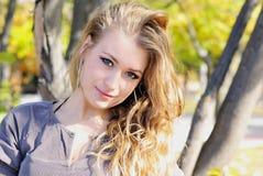 ξύλινες νεολαίες κοριτσιών φθινοπώρου Στοκ φωτογραφίες με δικαίωμα ελεύθερης χρήσης
