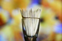 Ξύλινες οδοντογλυφίδες σε ένα πολύχρωμο υπόβαθρο στοκ εικόνες με δικαίωμα ελεύθερης χρήσης