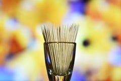 Ξύλινες οδοντογλυφίδες σε ένα πολύχρωμο υπόβαθρο στοκ φωτογραφίες με δικαίωμα ελεύθερης χρήσης