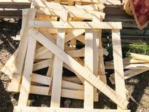 Ξύλινες παλέτες που συσσωρεύονται σε ένα εργοτάξιο οικοδομής στο έδαφος Υλικά που βρίσκονται στο έδαφος στο εργοτάξιο οικοδομής Στοκ φωτογραφία με δικαίωμα ελεύθερης χρήσης