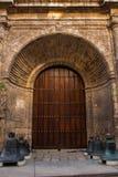 Ξύλινες πόρτα και βασιλική Menor de Σαν Φρανσίσκο de Asis κουδουνιών Καθεδρικός ναός του ST Francis Αβάνα Κούβα Στοκ εικόνα με δικαίωμα ελεύθερης χρήσης