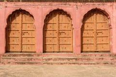Ξύλινες πόρτες αψίδων στο εσωτερικό του οχυρού Jaigarh Jaipur r στοκ φωτογραφία