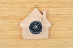 Ξύλινες σπίτι και πυξίδα παιχνιδιών στοκ φωτογραφία με δικαίωμα ελεύθερης χρήσης