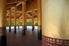 Ξύλινες στήλες του χρυσού και του κοκκίνου μέσα σε ένα παραδοσιακό βιρμανός κτήριο παλατιών στο Mandalay στοκ φωτογραφίες με δικαίωμα ελεύθερης χρήσης