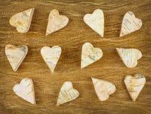 Ξύλινες χαρασμένες καρδιές σε μια αναδρομική ξύλινη ανασκόπηση Στοκ Εικόνες