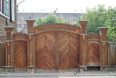 Ξύλινες χαρασμένες πύλες στοκ φωτογραφία