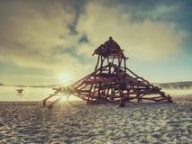 Ξύλινη έλξη παιδικών χαρών για τα παιδιά στον κολυμπώντας κόλπο Σκάφος πειρατών με τον πύργο στοκ φωτογραφία