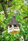 Ξύλινη ένωση σπιτιών πουλιών στο πράσινο δέντρο Στοκ εικόνα με δικαίωμα ελεύθερης χρήσης