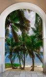Ξύλινη έξοδος αψίδων ανοιχτών πορτών στο καραϊβικό δομινικανό repu παραλιών Στοκ εικόνες με δικαίωμα ελεύθερης χρήσης