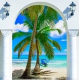 Ξύλινη έξοδος αψίδων ανοιχτών πορτών στο καραϊβικό δομινικανό repu παραλιών Στοκ φωτογραφία με δικαίωμα ελεύθερης χρήσης