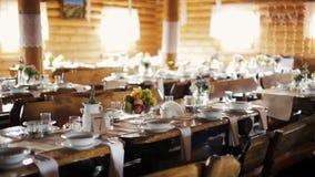 Ξύλινη αίθουσα Banqueting που διακοσμείται στο ύφος Boho με τους εξυπηρετούμενους να δειπνήσει πίνακες απόθεμα βίντεο