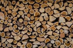 Ξύλινη ανασκόπηση Ξήρανση καυσόξυλου για το χειμώνα, σωροί του καυσόξυλου στοκ φωτογραφία με δικαίωμα ελεύθερης χρήσης