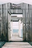 Ξύλινη αποβάθρα με την ξύλινη πόρτα στην καραϊβική θάλασσα Στοκ φωτογραφία με δικαίωμα ελεύθερης χρήσης