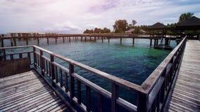 Ξύλινη αποβάθρα παραλιών ή ξύλινη αποβάθρα στην τροπική παραλία στοκ φωτογραφίες με δικαίωμα ελεύθερης χρήσης