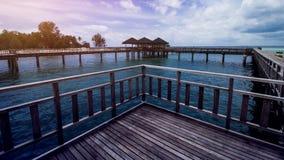 Ξύλινη αποβάθρα παραλιών ή ξύλινη αποβάθρα στην τροπική παραλία στοκ φωτογραφία