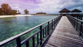 Ξύλινη αποβάθρα παραλιών ή ξύλινη αποβάθρα στην τροπική παραλία στοκ εικόνα