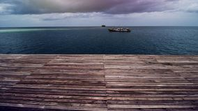 Ξύλινη αποβάθρα παραλιών ή ξύλινη αποβάθρα στην όμορφη τροπική θάλασσα στοκ φωτογραφία με δικαίωμα ελεύθερης χρήσης