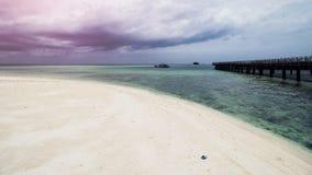 Ξύλινη αποβάθρα παραλιών ή ξύλινη αποβάθρα στην όμορφη τροπική παραλία στοκ φωτογραφίες