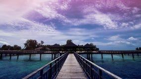 Ξύλινη αποβάθρα παραλιών ή ξύλινη αποβάθρα στην όμορφη τροπική παραλία στοκ φωτογραφία