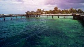 Ξύλινη αποβάθρα παραλιών ή ξύλινη αποβάθρα στην όμορφη τροπική παραλία στοκ εικόνα με δικαίωμα ελεύθερης χρήσης