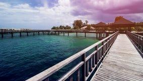 Ξύλινη αποβάθρα παραλιών ή ξύλινη αποβάθρα στην όμορφη τροπική παραλία στοκ φωτογραφία με δικαίωμα ελεύθερης χρήσης