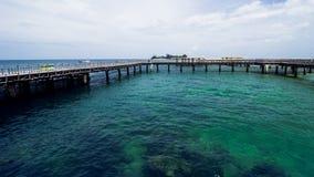 Ξύλινη αποβάθρα παραλιών ή ξύλινη αποβάθρα στην όμορφη τροπική παραλία στοκ φωτογραφίες με δικαίωμα ελεύθερης χρήσης