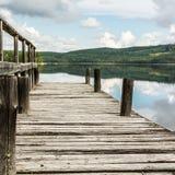 Ξύλινη αποβάθρα στην ήρεμη λίμνη Στοκ εικόνες με δικαίωμα ελεύθερης χρήσης