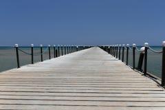 Ξύλινη αποβάθρα στην ακτή της παραλίας κοραλλιών της Ερυθράς Θάλασσας σε Hurghada στοκ εικόνα με δικαίωμα ελεύθερης χρήσης