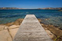 Ξύλινη αποβάθρα στην παραλία Στοκ Φωτογραφίες