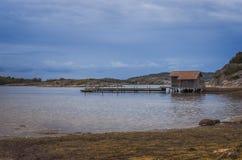 Ξύλινη αποβάθρα στη σουηδική ακτή Στοκ Φωτογραφία