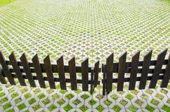 ξύλινη αυλή σπιτιών φραγών Στοκ φωτογραφία με δικαίωμα ελεύθερης χρήσης