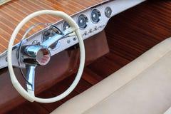 Ξύλινη βάρκα μηχανών πολυτέλειας - καθίσματα τιμονιών και δέρματος Στοκ φωτογραφία με δικαίωμα ελεύθερης χρήσης