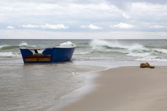 Ξύλινη βάρκα σε μια κενή παραλία στην Κριμαία στοκ εικόνες με δικαίωμα ελεύθερης χρήσης